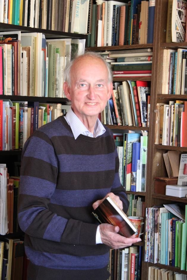 Hans Krol in zijn privébibliotheek over bibliotheken (foto Hans Bartels)