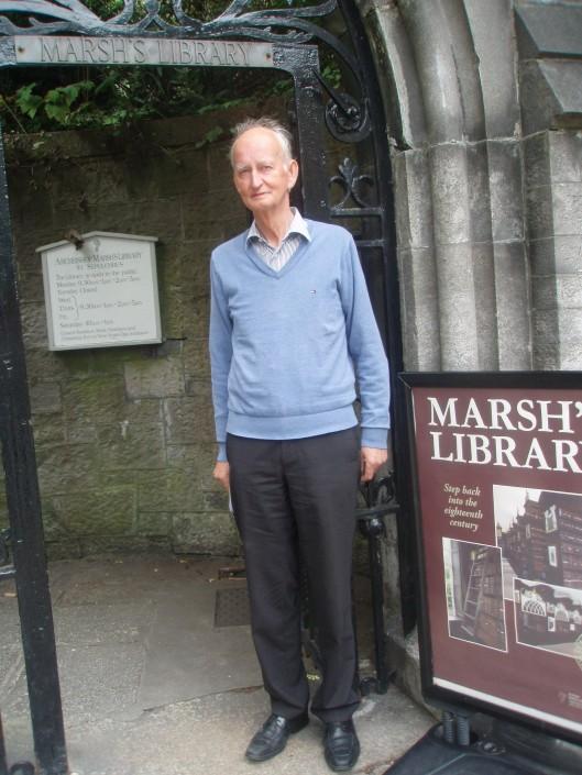 Hans Krol bij de entree naar Marsh's Library in Dublin (augustus 2013)