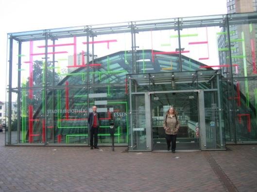 Hans Krol voor de entree van de Stadtbibliothek Essen (22 september 2013)