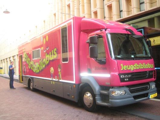 Jeugdboekenbus van bibliotheek Arnhem