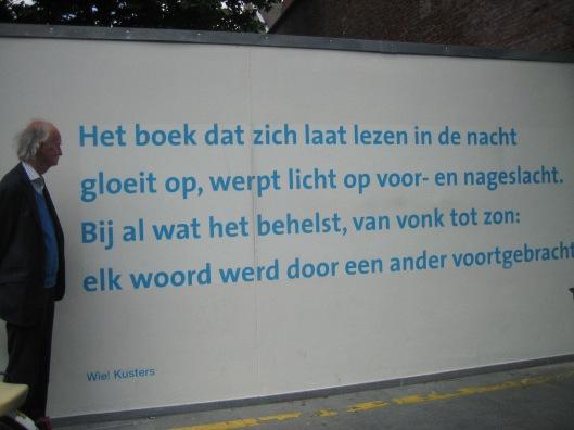Hans Krol voor muurvers aangebracht op het binnenterrein bij de Universiteitsbibliotheek Maastricht