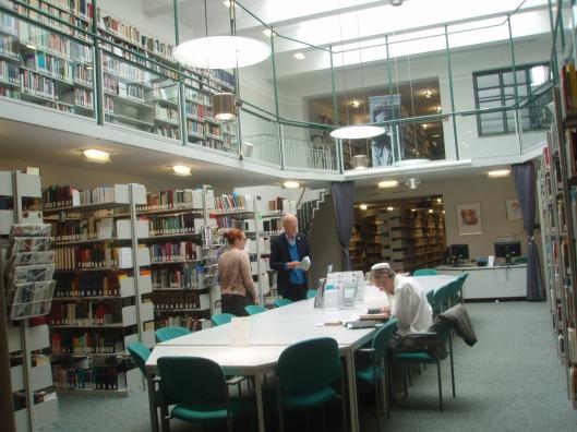 Interieur bibliotheek in het 'Haus der Niederlande' (Zentrum für Niederlande-Studien) in Münster