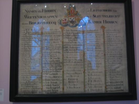 Paneel met namen van liefhebbers van wetenschappen die het sleutelrecht hadden de librije van Gouda te bezoeken (Museum Gouda)