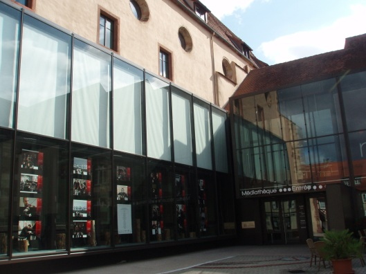 Médiathèque in historisch plaatsje Wissembourg in de Elzas, Frankrijk