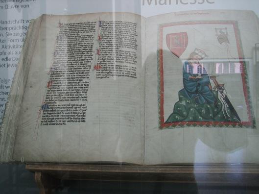 Nadat de 'Bibliotheca Palatina (met 3.700 manuscripten en circa 13.000 antieke boeken) in 1623 naar de Vaticaanse bibliotheek is overgebracht is de codex Manasse (Grosse Heilberger Liederhandschrift) uit de eerste helft van de14e eeuw één van de hoogtepunten in het bezit van de ub-Heidelberg. Het handgeschreven boek met fraaie miniaturen o.a. ook van de dichter Walther von der Vogelweide, is tentoongesteld in een vitrine.