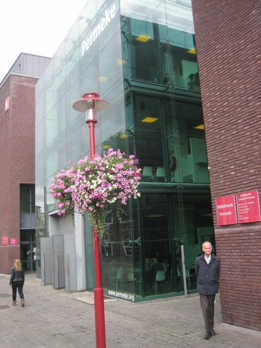 Hans Krol voor de centrale openbare bibliotheek Permeke in Antwerpen