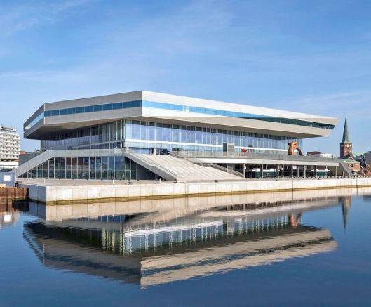 D nieuwe openbare bibliotheek van Aarhus, 20 juni 2015 geopend. Aaehus telt 310.000 inwoners en 18 bibliotheekfilialen. De bouwkosten bedroegen 280 miljoen dollar. Het vloeroppervlak is 30.000 vierkante meter en daarmee heeft Aarhus na Birmingham de grootste openbare bibliotheek van Europa. Met corca 3.000 vierkante meter zonnepanelen op het dak is het gebouw - het grootste project ooit van de gemeente Aarhus - vrijwel energieneutraal
