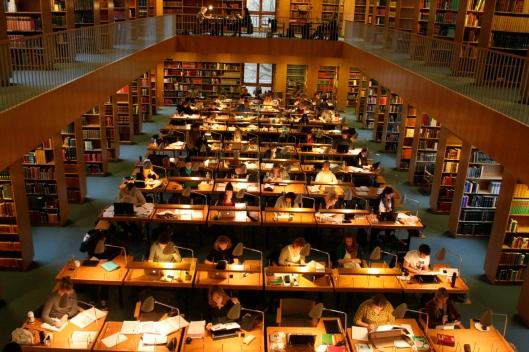 De grote, drukbezochte leeszaal van de nieuwe bibliotheek in Aarhus, Denemarken
