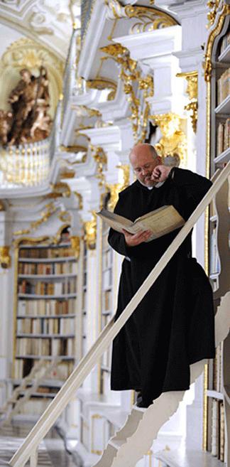 Lezende Benedictijner monnik in de kloosterbibliotheek van Admont, Oostenrijk