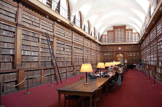 Interieur van bibliotheek in Ajaccio, Corsica, gesticht in 1868