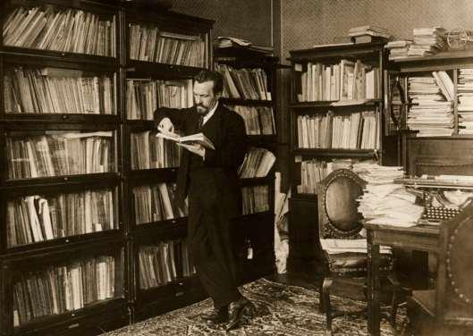 Alexis Rykoff, opvolger van Lenin, een boek lezend in de bibliotheek van het Kremlin. Moskou, 1924