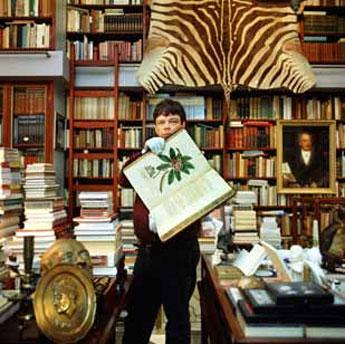 Boudewijn Büch in zijn huisbibliotheek