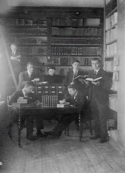 In de bibliotheek van Hageveld, circa 1928