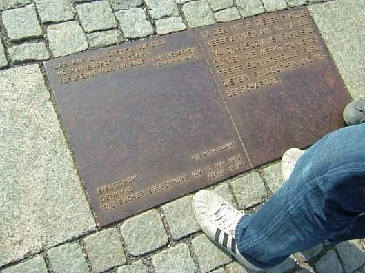 Inscriptie monument 'Bibliothek', Bebelplatz Berlijn