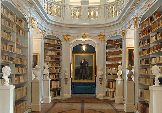 Interieurfoto van de Anna Amalia Bibliotheek met portret van Goethe
