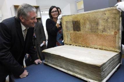 De Coxex Gigax ofwel Duivelsbibliotheek uit Zweden tijdelijk in Praag. Het boek weegt 75 kilogram.