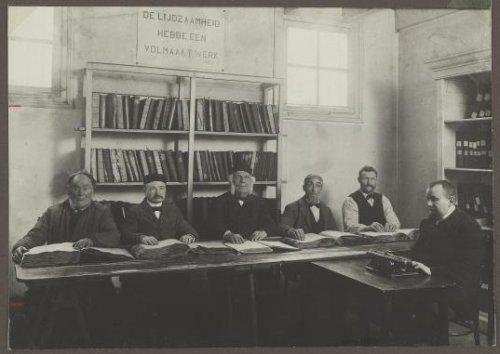 Leeskamer en bibliotheek van de Vereeniging tot Werkverschaffing aan Hulpbehoevende Blinden in Amsterdam, 1892 (Beeldbank Amsterdam)