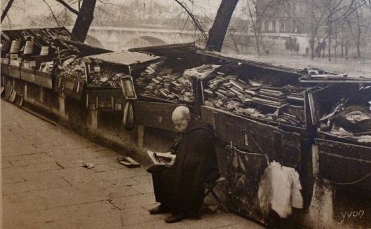 'Bouquiniste' bij zijn boekenstalletje aan de Seine gefotografeerd voor o.a. prentbriefkaarten door Yvon