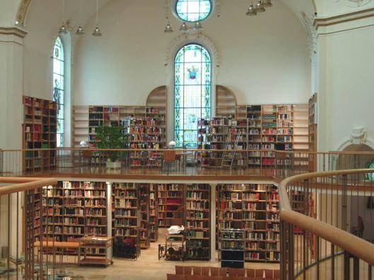Interieur bibliotheek van Voralberg in Bregenz, Oostenrijk, gevestigd in een voormalig klooster (Freya Skati)