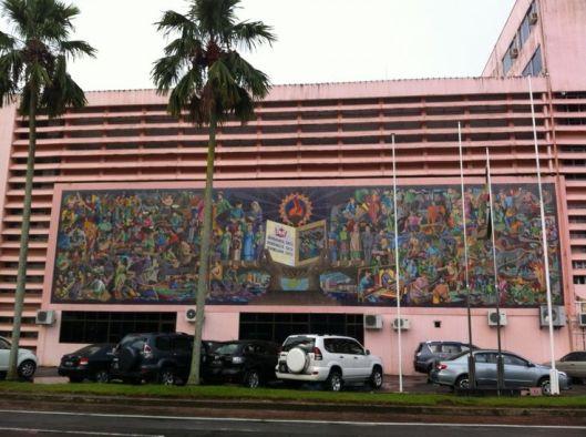Voorgevel van Brunei Nationale Bibliotheek met muurschildering