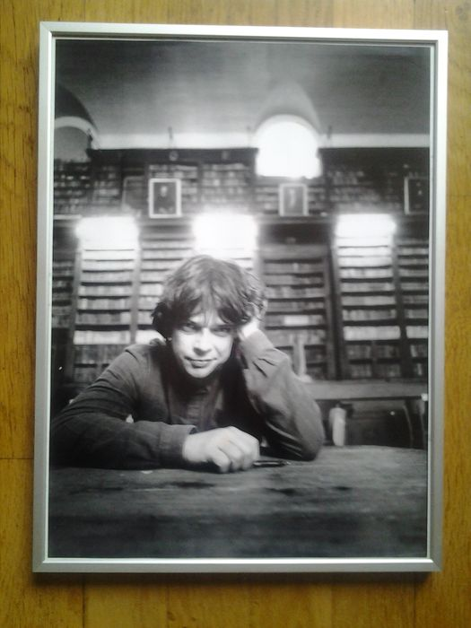 Een jonge Boudewijn Büch en een bibliotheek (foto C.Barton van Flymer)
