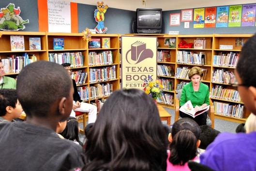 Laura Bush, in de jaren 70 bibliothecaresse bij de Dawson School leest voor uit het boek 'Read All About it' tijdens het jaarlijkse Texas Book Festival.