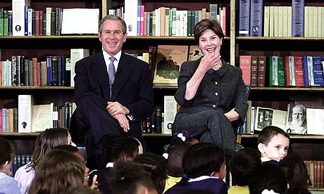 Laura en George W.Bush in gesprek met kinderen in de British Library, London, 2001 (foto Don Chung)
