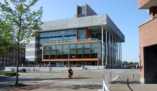 Centre Céramique: stadsbibhliotheek, stadsarchief, tentoonstellingsruimte in Maastricht
