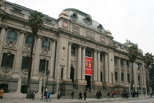 Nieuwe foto van voorgevel Nationale Bibliotheek in Santiago de Chili, in 2013 200 jaar geleden opgericht