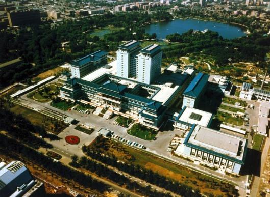 de Nationale Bibliotheek van China in Beijing, versoreid over 3 gebouwen, met meer dan 25 miljoen media en een vloeroppervlak van ongeveer 170.000 vierkante meter de grootste bibliotheek van Azië