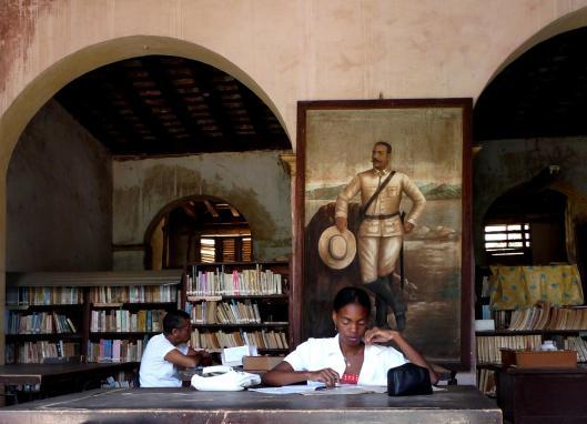 Lezen in een bibliotheek op Cuba