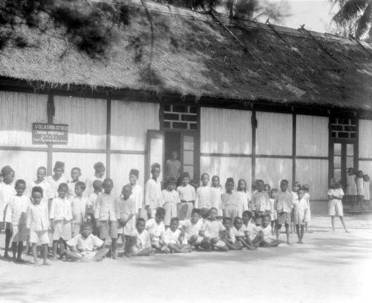 Groep kinderen voor de volksbibliotheek van Dobo, Aroe eilanden, Molukken, Indonesië, in 1929