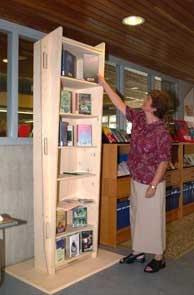 Voorbeeld van een doodskist als boekenkast