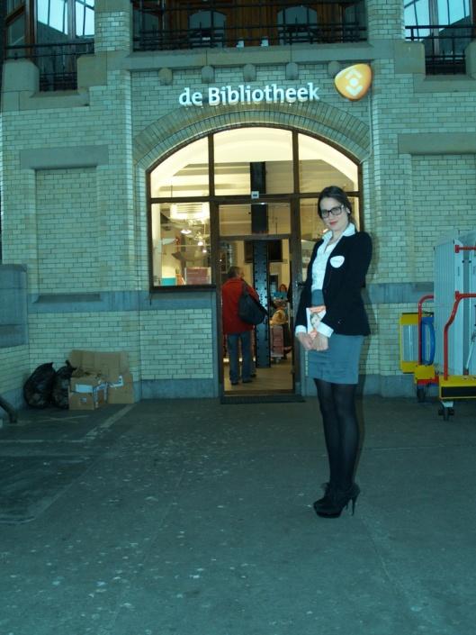 Entree van stationsbibliotheek in Haarlem