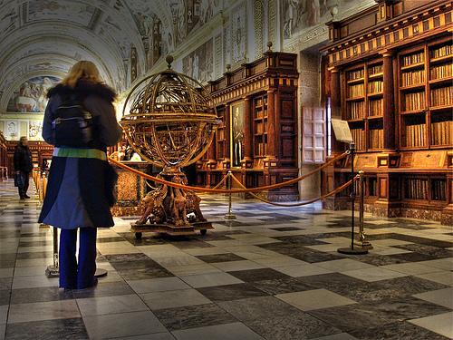 Bibliotheek van het vroegere klooster/paleis Escorial niet ver van Madrd