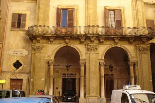 Voorgevel van Biblioteca Fardelliana, Trapani, Italia