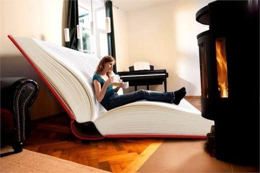 Lezen in een boek als leesfauteuil (The Reading Room)