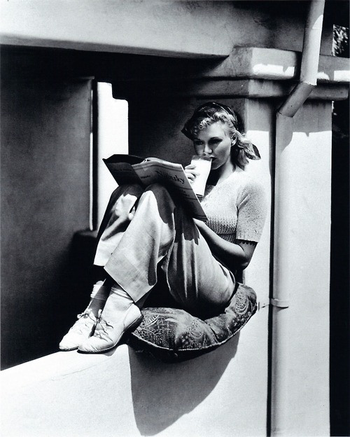 Lezende vrouw in de jaren 50