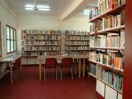 Interieur van bibliotheek in Bakau, Gambia (foto Pieter Goedhart)