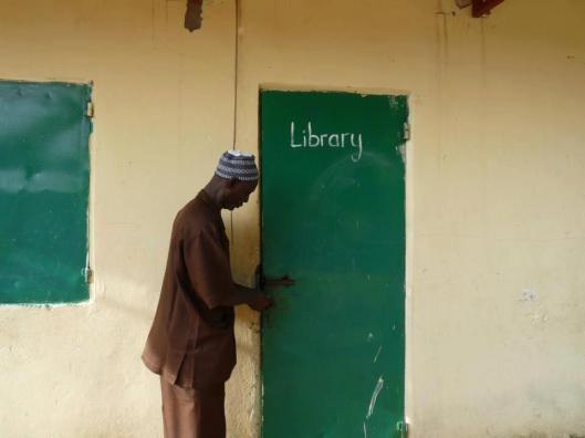 Bibliothecaris sluit schoolbibliotheek in Gambia foto (Will Roestenburg)