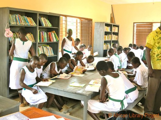 Lezen in een schoolklas in Ghana (Improbables Libraries Improbables Bibliothèques)