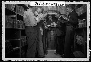 Foto van bibliotheek in gijzelaarskamp Sint Michielsgestel, 1942 (Brabants Historisch Informatie Centrum)