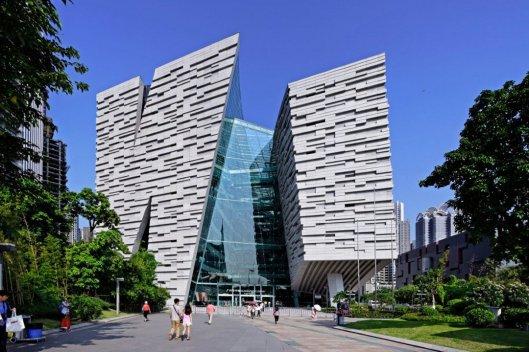 Guangzhou library telt 12 verdiepingen, bezit circa 4 miljoen boeken waarvan 3,5 miljoen in open uitleen en is met 98.000 vierkante meter vloeroppervlak een van de grootste in de wereld
