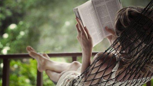 Lezen in een hangmat