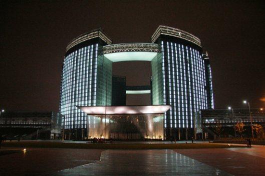 De Hangzhou openbare bibliotheek is ruim 43.000 vierkante meter groot, telt 2.200 zitplaatsen en bevat ruimte voor 2 miljoen boeken.