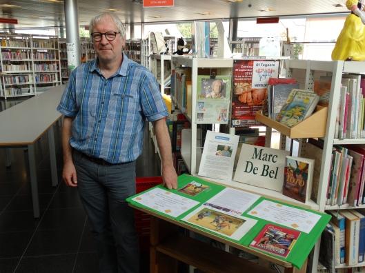 Jan van Herreweghe, schrijver over bibliofilie en bibliomanie, hier gefotografeerd als bibliothecaris van Harelbeke, België.