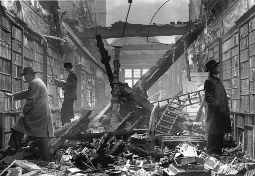 Holland House Library na een Duits bombardement in 1940. Holland House, oorspronkelijk bekend als Cope Castle, een  historisch landhuis in Kensington, Londen dat grotendeels werd veroest.