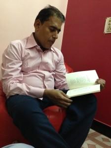 De Indiase auteur Sirajuddin Chougle lezend in zijn nieuwe boek 'Shadows of life'.