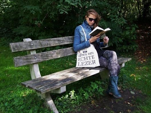 Inge, lid van de club van echte lezers, opgericht door uitgeverij Atlas Contact