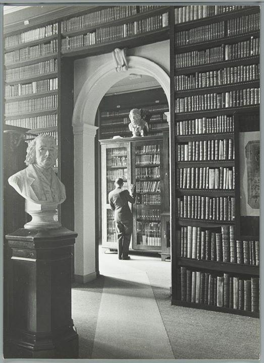 Interieurfoto van de Koninklijke Bibliotheek, van 1821 tot 1981 gehuisvest in een patriciërspand aan de Lange Voorhout